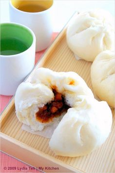 Char Siew Bao/Char Siu Bao (叉烧包):-is Chinese roast pork steamed buns or Chinese barbequed pork buns. A favorite Chinese dim sum. Roast Pork Bun, Chinese Roast Pork, Steamed Pork Buns, Easy Asian Recipes, Easy Delicious Recipes, Yummy Food, International Recipes, Street Food, The Best