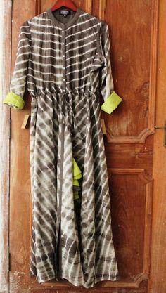 natural dyes and natural fabrics add grace to your maternity style. Pakistani Dresses, Indian Dresses, Indian Outfits, Indian Attire, Indian Ethnic Wear, Kurti Styles, Kurta Designs, Tunic Designs, Western Dresses