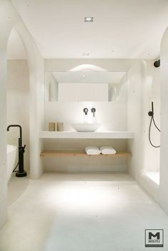 100 Must-See Luxury Bathroom Ideas | Luxury Bathroom Ideas that will open up your horizons as to how innovative bathrooms can get as far as using bathtubs is concerned. Get inspired by a range of bathroom styles that goes from hyper-luxury to the contemporary style. The same for materials for your master bathroom from the finest gold to wood from lacquer to metal | www.bocadolobo.com #bocadolobo #luxuryfurniture #exclusivedesign #interiodesign #designideas #homedecor #homedesign #decor #bath