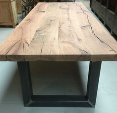 Zware rustieke eiken tafel. Het blad is 6cm - Antieke tafels, tafels van oud hout. landelijke tafels. - De Jong Interieur