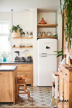 Comment avoir une cuisine Ikea originale gr ce aux fa ades personnalis es - PLANETE DECO a homes world Farmhouse Kitchen Cabinets, Cottage Kitchens, Home Kitchens, Smeg Kitchen, Smeg Fridge, Kitchen Taps, Cottage Kitchen Shelves, Kitchen Cabinetry, Refrigerator