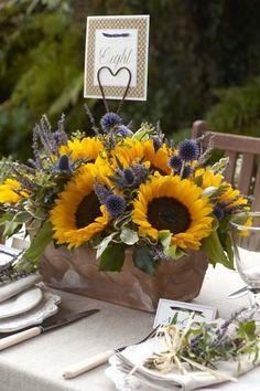 Centro floral de girasoles + numeración de mesa