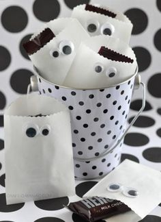 Craft-O-Maniac: Paper Ghost Favor Bags for Halloween ❥ Sac Halloween, Halloween Taschen, Dulces Halloween, Diy Halloween Treats, Holidays Halloween, Holiday Treats, Halloween Crafts, Holiday Fun, Happy Halloween