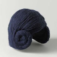 Muts van blauwe wol opgemaakt als een plat kapsel met scheiding links en wrongen rond de oren, Paulette, c. 1950 - c. 1960 - Rijksmuseum