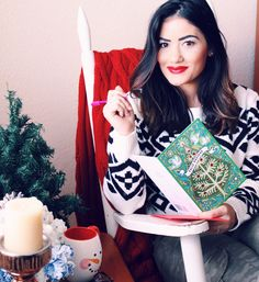 HOLIDAY GIVEAWAY! I'm currently sitting cozy, writing my holiday cards to my abuelos thanks to Hallmark's adorable Spanish cards ❤️ It's such a relaxing and fun tradition that reminds me of the true meaning of this wonderful season.  You can win a set of FIVE Hallmark Holiday & Everyday Cards PLUS a $25 Giftcard!  Head to sugarlovechic.com to see how to enter! #HallmarkTradiciones #ad