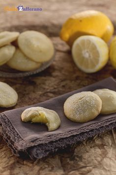 I sapori più semplici sono sempre quelli più amati, proprio come questi #biscotti al #limone (lemon custard cookies)! #ricetta #GialloZafferano #italianfood #italianrecipe