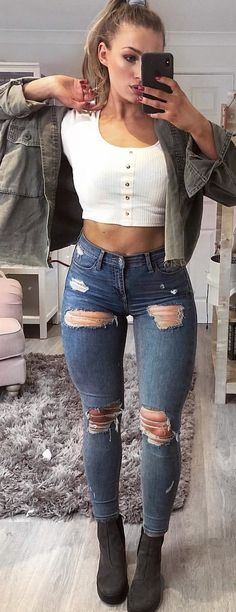 woman wearing white crop top with blue denim jeans. Comfortable Summer Outfits, Summer Outfits Women 20s, Cool Summer Outfits, Casual Summer Outfits, Cute Outfits, Plus Size Fall Outfit, Womens Workout Outfits, Fitness Outfits, Tights Outfit