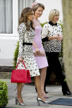 Women's Handbags For Every Occasion : 19 May 2016 – Queen Rania and Queen Mathilde in Bruges, Belgium – dress by Louis Vuitton; bag by Louis Vuitton Louis Vuitton Capucine, Louis Vuitton Dress, Louis Vuitton Handbags, Fashion Line, Royal Fashion, Modest Fashion, Luxury Fashion, Classy Outfits, Chic Outfits