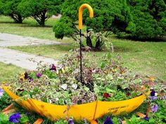 Unique garden decor ideas colorful backyard decorating with umbrellas and flowers home 66 creative edging Plants, Garden Planters, Backyard Decor, Unusual Flowers, Garden Decor, Diy Garden Decor, Diy Garden Bed, Garden Pots, Container Gardening Flowers
