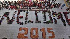 印度艾哈邁達巴德的學生也排出迎接2015的字樣。