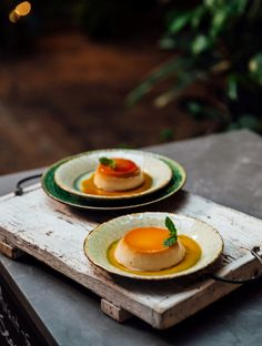Crème caramel, flan, or caramel dessert is a custard dessert with a layer of soft caramel on top, as opposed to crème brûlée, which is pudding with a hard caramel top. SO simple to make & they require no cooking in the oven. Creme Caramel, Caramel Flan, Caramel Pudding, Caramel Recipes, Pudding Desserts, Custard Desserts, Luxury Food, Food Concept, Vegan Ice Cream
