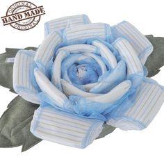 Torta azzurra di pannolini bambino con foglie in pannolenci