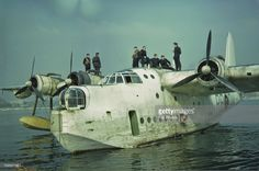 An RAF Short Sunderland flying boat and its crew circa 1940 Amphibious Aircraft, Navy Aircraft, Ww2 Aircraft, Military Aircraft, Short Sunderland, Aviation World, Royal Australian Air Force, Flying Boat, Battle Of Britain