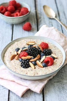 Low Carb Protein Porridge - Grain-free breakfast for weight loss - Low Carb Rezepte - Healthy Protein Snacks, Low Carb Protein, Healthy Shakes, Healthy Food, Dessert Oreo, Paleo Dessert, Vegan Keto, Vegetarian Keto, Healthy Recipes
