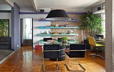 Faltou dinheiro para os móveis? Improvise. Três pneus e um tampo de vidro viraram a mesa de jantar no projeto do arquiteto Diogo Oliva