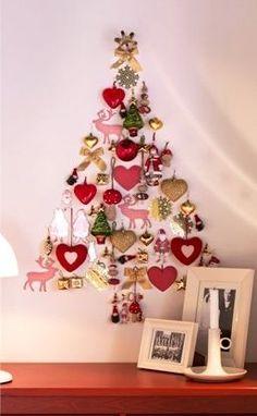 Arvore de natal com enfeites pendurados na parede!