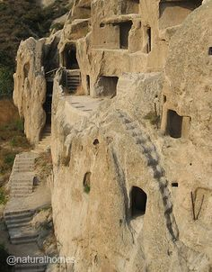 Las casas cuevas de Guyaju (que significa antigua casa del acantilado) se encuentran a unos 90 kilómetros al noroeste de Beijing, China. Fueron habitadas por el pueblo Xiyi durante la dinastía Tang (618-907). Más en www.naturalhomes.org/es/homes/guyaju.htm