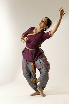 I'm so in love with the color combination! Folk Dance, Dance Art, Dance Outfits, Dance Dresses, All About Dance, Indian Classical Dance, Dance Poses, Dance Fashion, Indian Designer Outfits