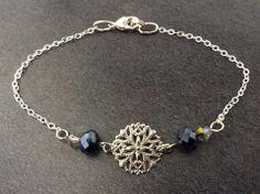 Bracelet argenté et estampe argentée, cristaux noir irisé et argenté à facettes : Bracelet par guerloule