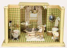 Badezimmer, Holz, alte Tapete auf Wand u. Boden, H: 27 cm, T: 36 cm, B: 40 cm, Blechwanne mit Duschkopf, Porzellan-Toilette und - Waschtisch, mit 3 Ganzbiskuit-Püppchen