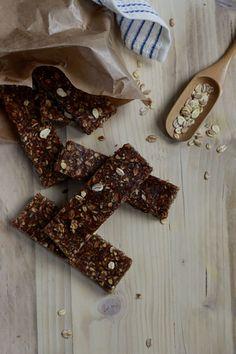 Deze gezonde granola havermout dadelrepen zijn makkelijk om te maken. Deze dadelrepen zijn ideaal als gezond tussendoortje om mee te nemen naar je werk.