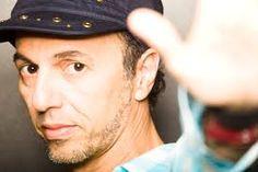 O cantor e compositor maranhense Zeca Baleiro apresenta grandes sucessos de sua carreira na Fábrica de Cultura Vila Nova Cachoeirinha.