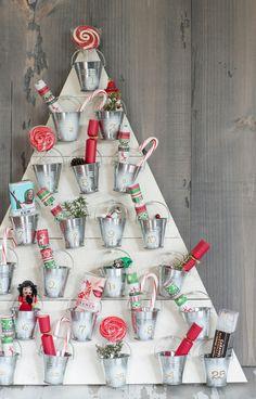 Holz Weihnachtsbaum Adventskalender mit Becher voller Getränke und Sußigkeiten