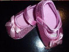 Sapatinhos com lantejoulas rosa, lacinho à frente.Tamanho 3-6 e 6-9 meses. 13€ (correio registado para Portugal) Ballet Shoes, Dance Shoes, Portugal, Fashion, Ballet Flats, Sequins, Shoes, Pink, Princesses