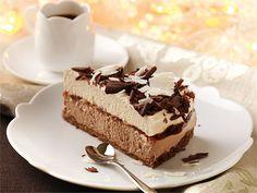 Rahkaunelmakakku on herkulllisen mehevä kahvipöydän tarjottava aikuiseen makuun. Näyttävä kakku valmistuu helposti ja nopeasti, kunhan varaa hyytymiseen riittävästi aikaa. Halutessasi voit tehdä kakun vain toisella täytteellä. Koristele kakku suklaalastuilla.