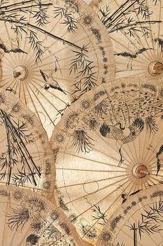 Ombrelles de soie qui charment l'œil par leur fragilité et la délicatesse de leurs dessins.
