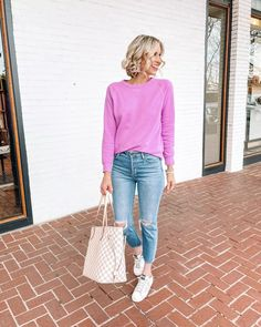 How fun is this bright sweatshirt paired with jeans for an easy and casual look?! Cold Weather Outfits, Casual Winter Outfits, Simple Outfits, Ankle Boots With Jeans, How To Wear Ankle Boots, Red Pants, Oversized Cardigan, Casual Looks, Fashion Hacks