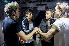 Metro reports, Now that Liam Payne and Niall Horan have their solo deals, Louis Tomlinson is getting to grips with becoming a father, and Harry Styles is breaking into Hollywood, One Direction fans ha. One Direction Harry Styles, One Direction Pictures, Wattpad, One Direction Wallpaper, Best Song Ever, Family Show, Hommes Sexy, 1d And 5sos, Liam Payne