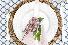 Guardanapos em rosa secoe porta-guardanapo com flores em cacho lilás, deram o tom leve que queríamos à mesa.