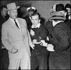 """#Ruby shoots #Oswald by Robert H. Jackson. Se abre paso violentamente entre la multitud y dispara con un Colt Cobra a Oswald en el estómago, Es arrestado inmediatamente y declara ante numerosos testigos que """"los judíos tienen agallas"""" y que había """"redimido"""" a la ciudad de Dallas ante los ojos del pueblo, vengar la muerte del Presidente y que además le había evitado a Jackie Kennedy, el dolor de tener que testificar ante una corte frente al asesino."""