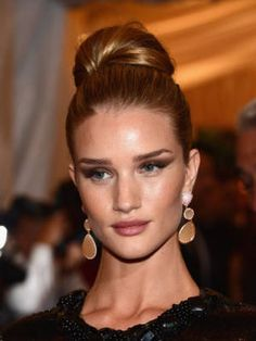 Met Ball: Rosie Huntington-Whiteley proves that a top knot bun and dramatic eyes make for a chic and sophisticated look! Bun Updo, My Hairstyle, Weave Hairstyles, Hairdos, Homecoming Hairstyles, Wedding Hairstyles, Easy Updos For Long Hair, Freida Pinto, Rosie Huntington Whiteley