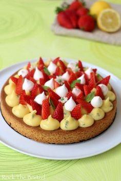 Fantastik à la fraise, citron et basilic (tarte printanière constituée d'un sablé breton, recouvert d'une crème au citron parfumée au basilic, le tout surmonté de fraises fraiches et de petites meringues françaises)