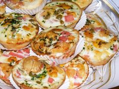 Ingredientes Ovos Fiambre picado Azeitona Pimenta Sal Salsa Natas Modo de Preparo Comece por aquecer o forno a temperatura normal 180º/200º Seguida deiter em 1 colher