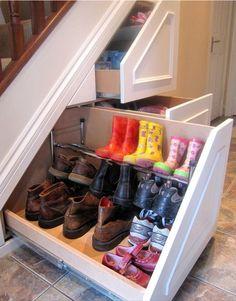 Gran manera de aprovechar la parte de abajo de las escaleras