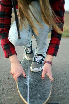 Camisa a cuadros, buena eleccion cuando quieres pasar tiempo en skate ;) Vans obligado!  las vans a parte de ser zapatillas profesionales para skaters, tienen un aspecto que permite a tus pies verse elegantes y curiosos, pues tiene una apariencia parecida a la del skate ;)  Uñas #rojosangre es un color muy llamativo si eres de tes clara Jean clasico celeste claro: tiene que ser super pitillo, es mejor cuando montas skate, y si tiene algunos rasgados le das un plus :D éxitos