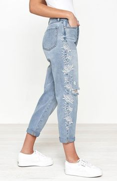 hashhashhash Pacsun Georgia Blue Embroidered Mom Jeans - 23 Buying Clothing When Christmas Shopping Embroidered Mom Jeans, Embroidered Clothes, Pacsun, Jean Parfait, Denim Fashion, Fashion Outfits, Fashion 2018, Casual Outfits, Cute Outfits