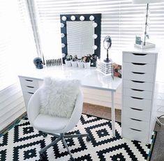Гримерное зеркало с лампочками: 75 элегантных идей для гардеробной, спальни и ванной http://happymodern.ru/grimernoe-zerkalo-s-lampochkami/ Контрастная оправа гримерного зеркала в светлой спальне