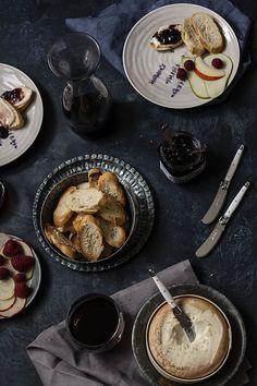 Dinner timer. Costrini de Torta del Casar con Mermelada de Vino y Lascas de Fruta fresca