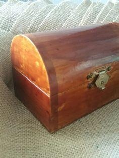 In un cofanetto c'è sempre un tesoro ... io ho voluto usarlo come porta fedi per il mio matrimonio. .. all'interno il tesoro più bello ... 2 fiori con le fedi 😍 e ovviamente il pizzo non può mai mancare ❤