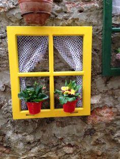 Ahşap eski pencerelerden bahçe dizaynı