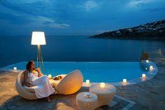 piscine jardin avec un coin de détente et bel éclairage
