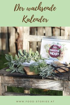 Kennt ihr den wachsenden Kalender? Wenn nicht, dann möchte ich euch hier gerne ein bisschen davon erzählen. Macht es euch gemütlich, holt euch eine Tasse Tee oder Kaffee und taucht ein in die Welt der Hobbygärtner und Kräuterliebhaber. #derwachsendekalender #nachhaltigkeit #garteln #geschenkemitsinn #geschenkefürdengarten #samen #kräutersamen #gemüsesamen #anpflanzen #kalender #derbesonderekalender #besonderegeschenke Table Decorations, Plants, Cuppa Tea, Kaffee, Special Gifts, Sustainability, Hobbies, Calendar, World