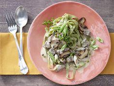 Rinderragout in Sauerrahm - smarter - mit Champignons und Pasta. Kalorien: 475 Kcal | Zeit: 25 min. #pasta