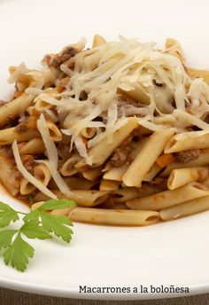 Macarrones a la boloñesa Ethnic Recipes, Food, Spaghetti, Pasta Recipes, Diners, Ethnic Food, Open Galley Kitchen, Puertas, Meal