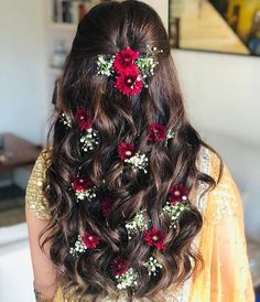 Soft curls with floral touch Bridal Hairstyle Indian Wedding, Bridal Hair Buns, Bridal Hairdo, Wedding Hairstyles For Long Hair, Long Hairstyles For Girls, Wedding Updo, Short Hair, Open Hairstyles, Indian Hairstyles