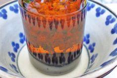Die Blüten mit der doppelten Menge Alkohol aufgießen, sodass das Glas dann also doppelt so hoch gefüllt ist, als vorher mit den Blüten
